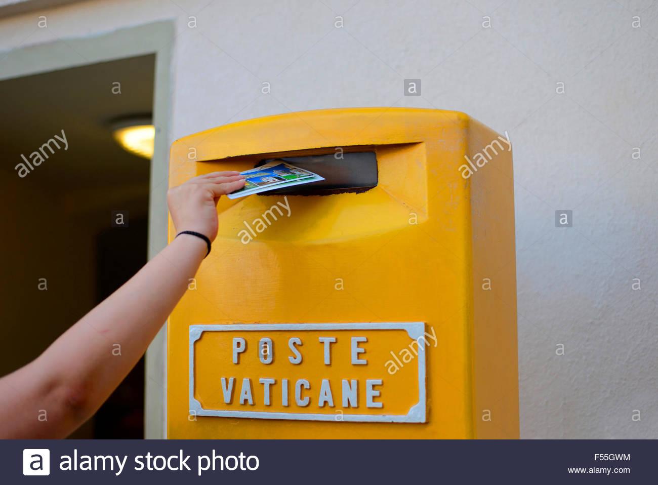 L'Italie, Rome, Vatican, passant d'une carte postale en letterbox Photo Stock