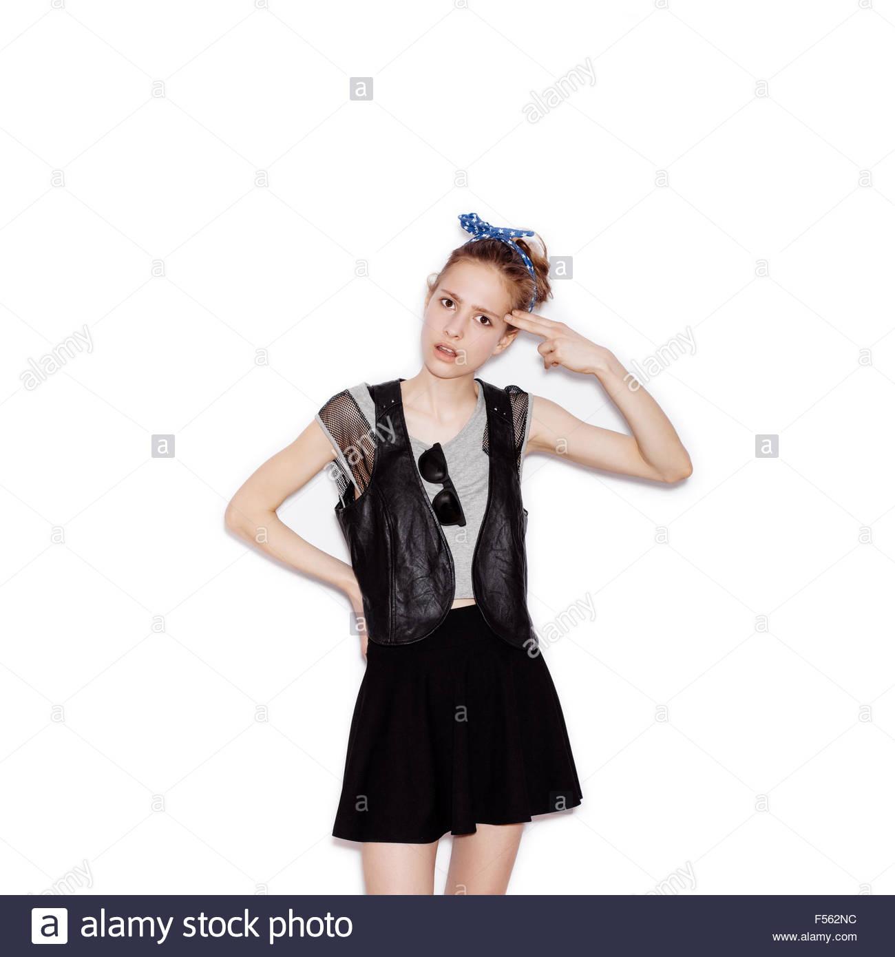 À Jeune Vêtu Et Jupe Femme Montrant Des De Mode Noir Swag Armes 1cTluKJF3