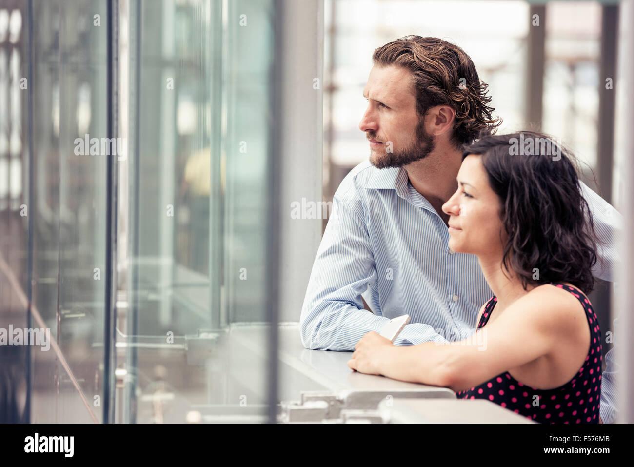 Un couple à l'extérieur d'un bâtiment de la ville Photo Stock