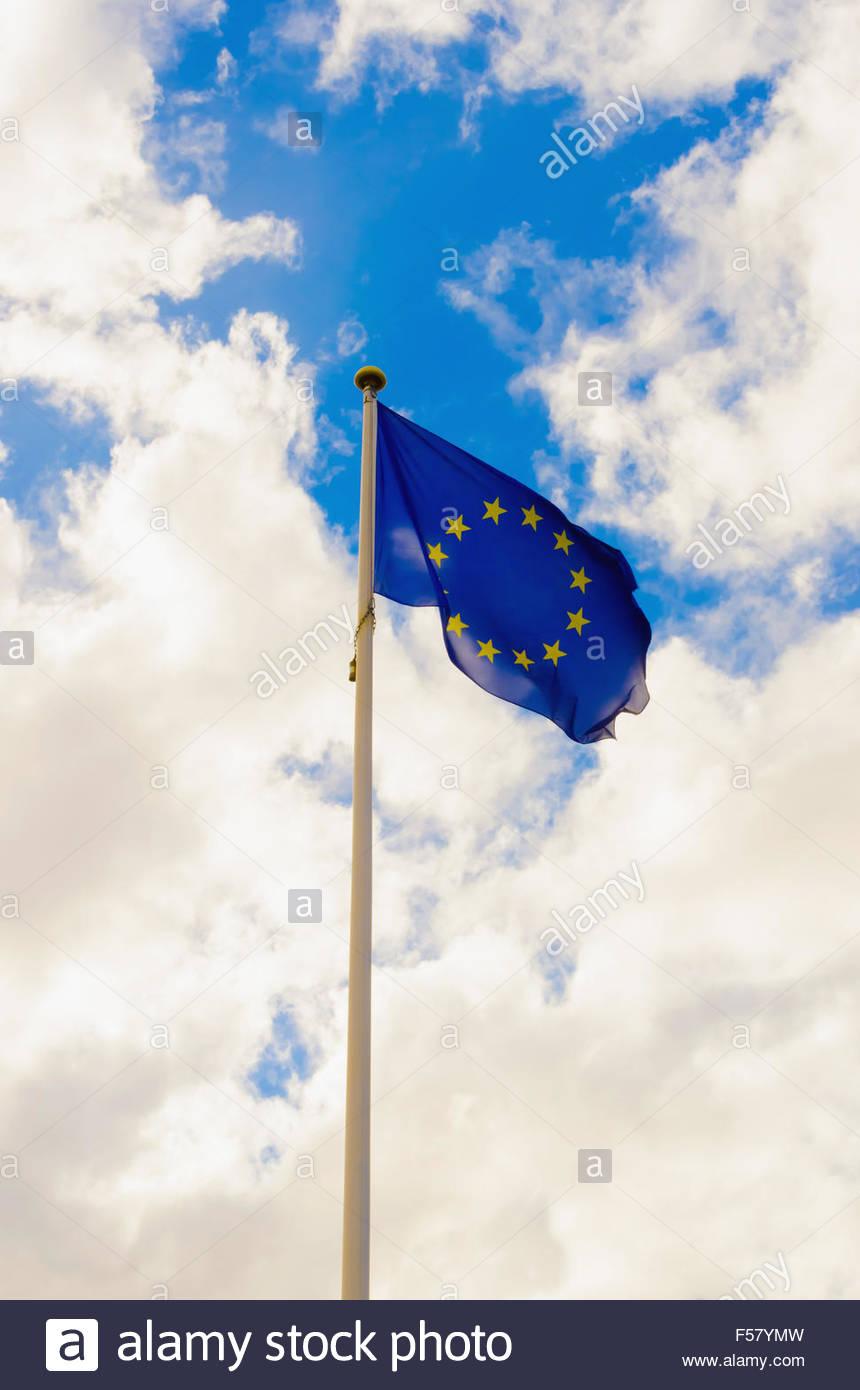 Drapeau de l'Union européenne forme contre un ciel nuageux Photo Stock