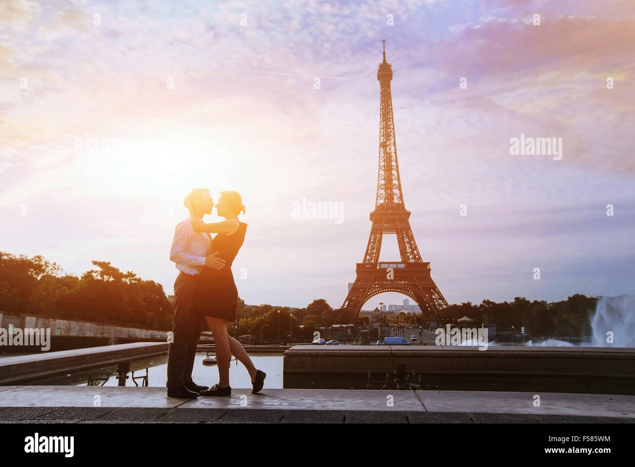 Silhouettes de couple d'amoureux à Paris Photo Stock