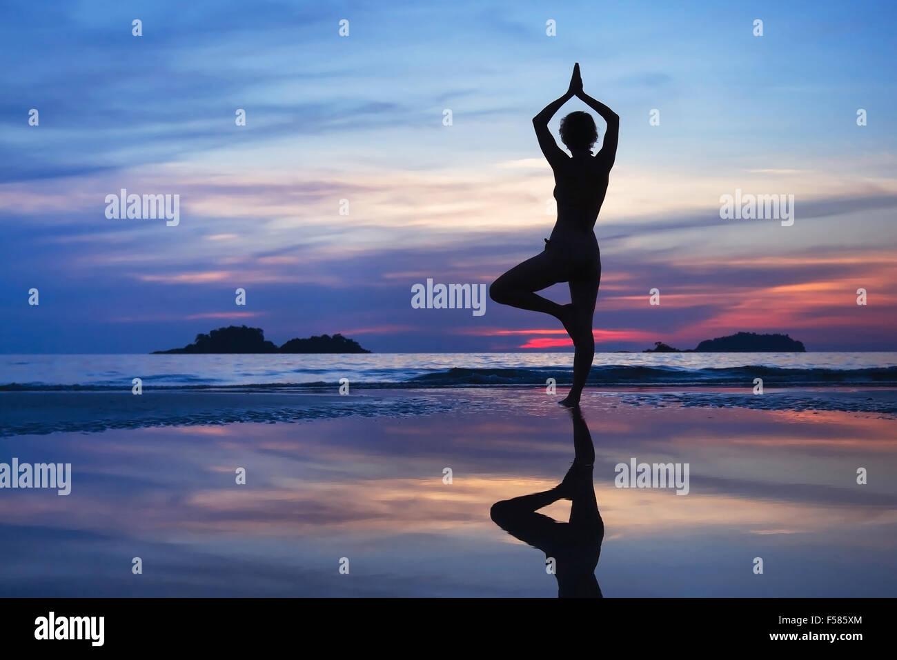 Arrière-plan de yoga, belle silhouette de la femme Photo Stock