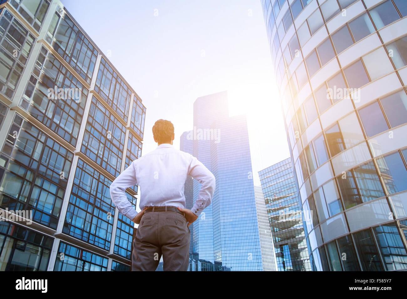 Notion de carrière, les antécédents en affaires, l'homme à la recherche de bâtiments Photo Stock