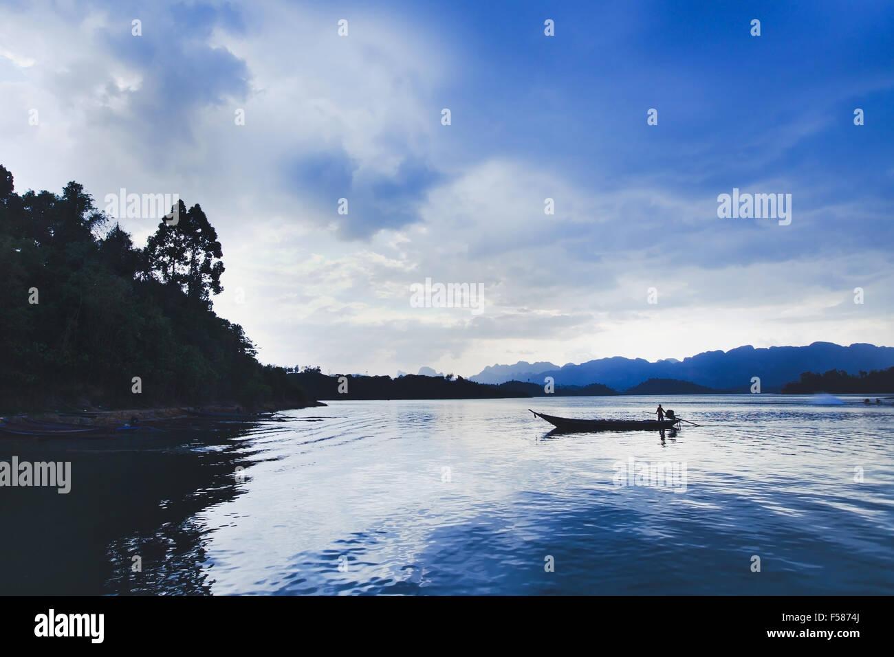 Belle vue panoramique sur le lac avec barque de pêcheur Photo Stock