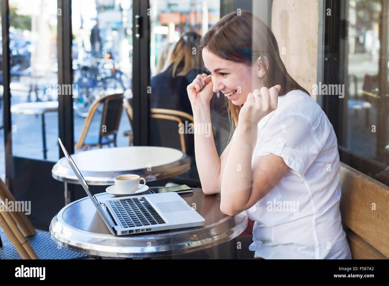 Bonne nouvelle, heureux gagnant, concept lucky girl en avant de l'ordinateur Photo Stock