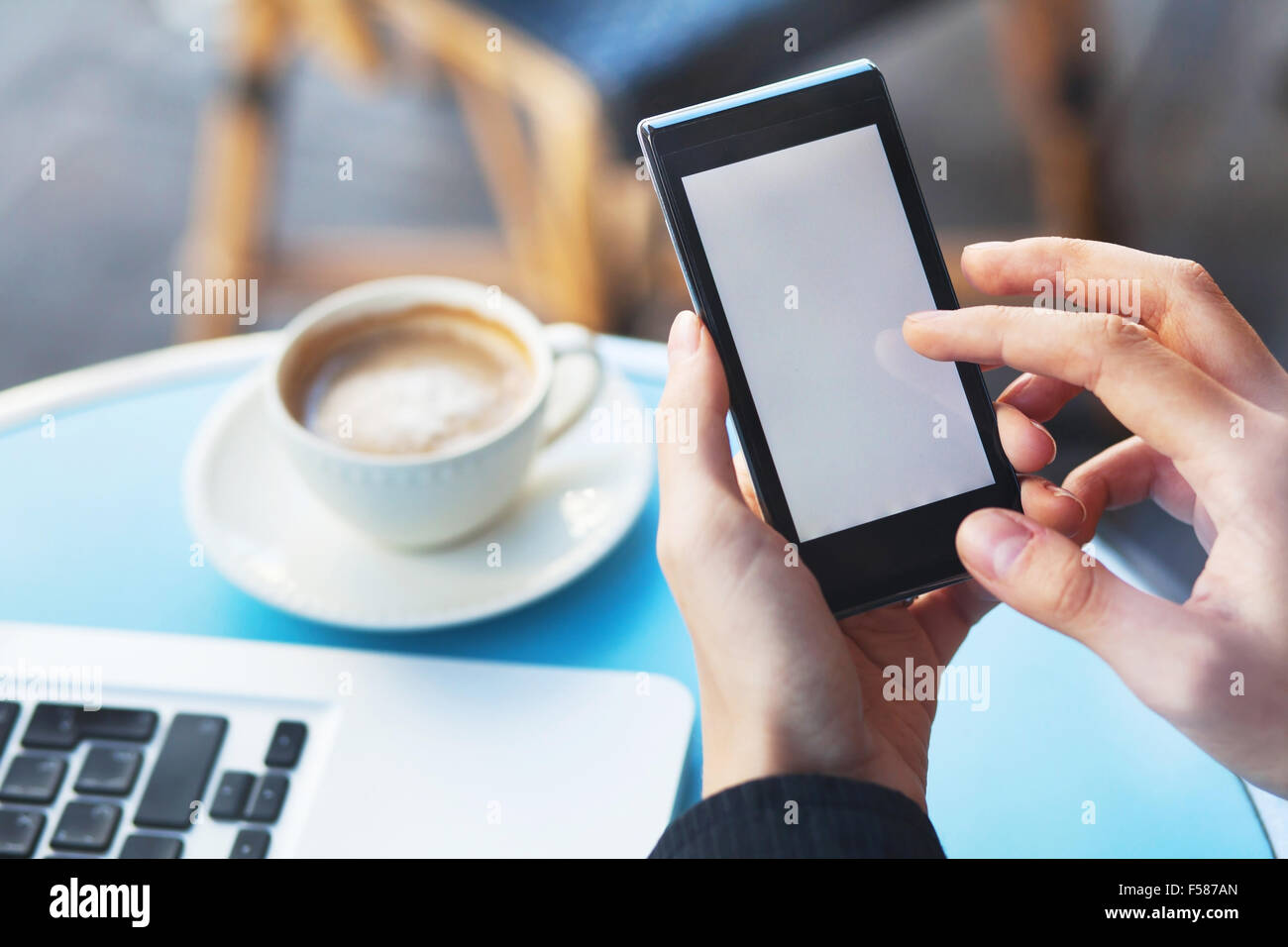 Les mains avec smart phone et tasse de café Photo Stock
