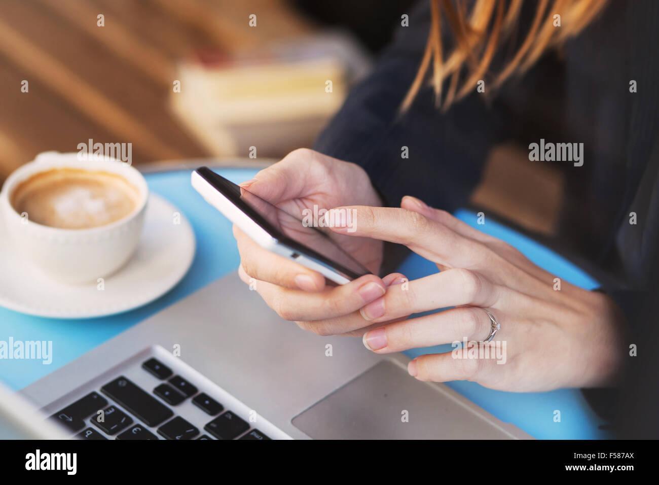 Mobile Internet, connexion Wi-Fi au réseau local connexion sur smartphone dans cafe Photo Stock