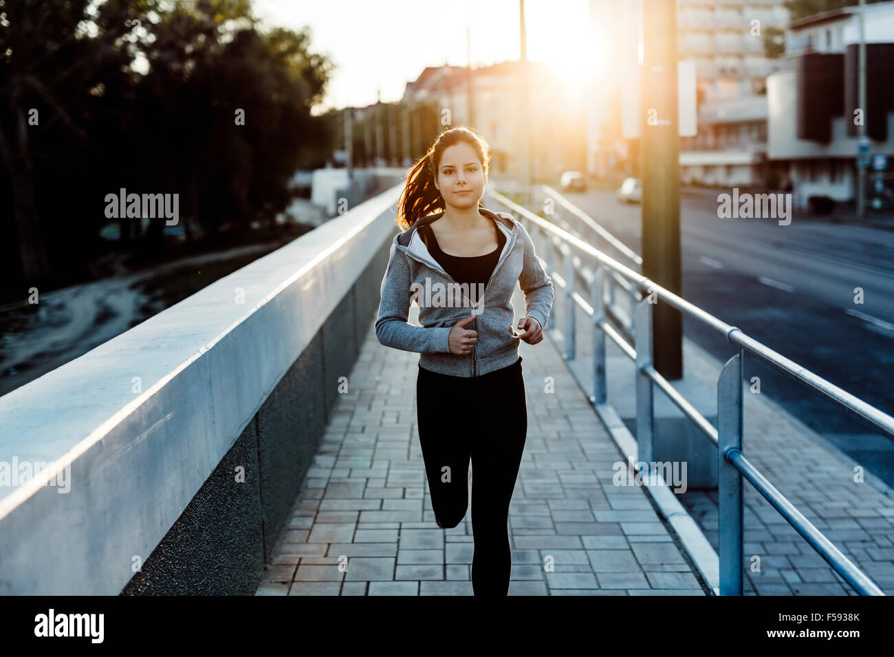 Belle femme jogging en ville et garder son corps en forme Photo Stock