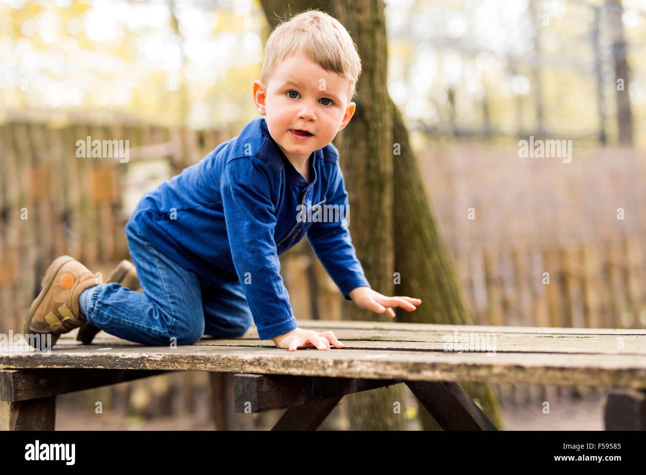 Beau petit garçon dans le parc Photo Stock