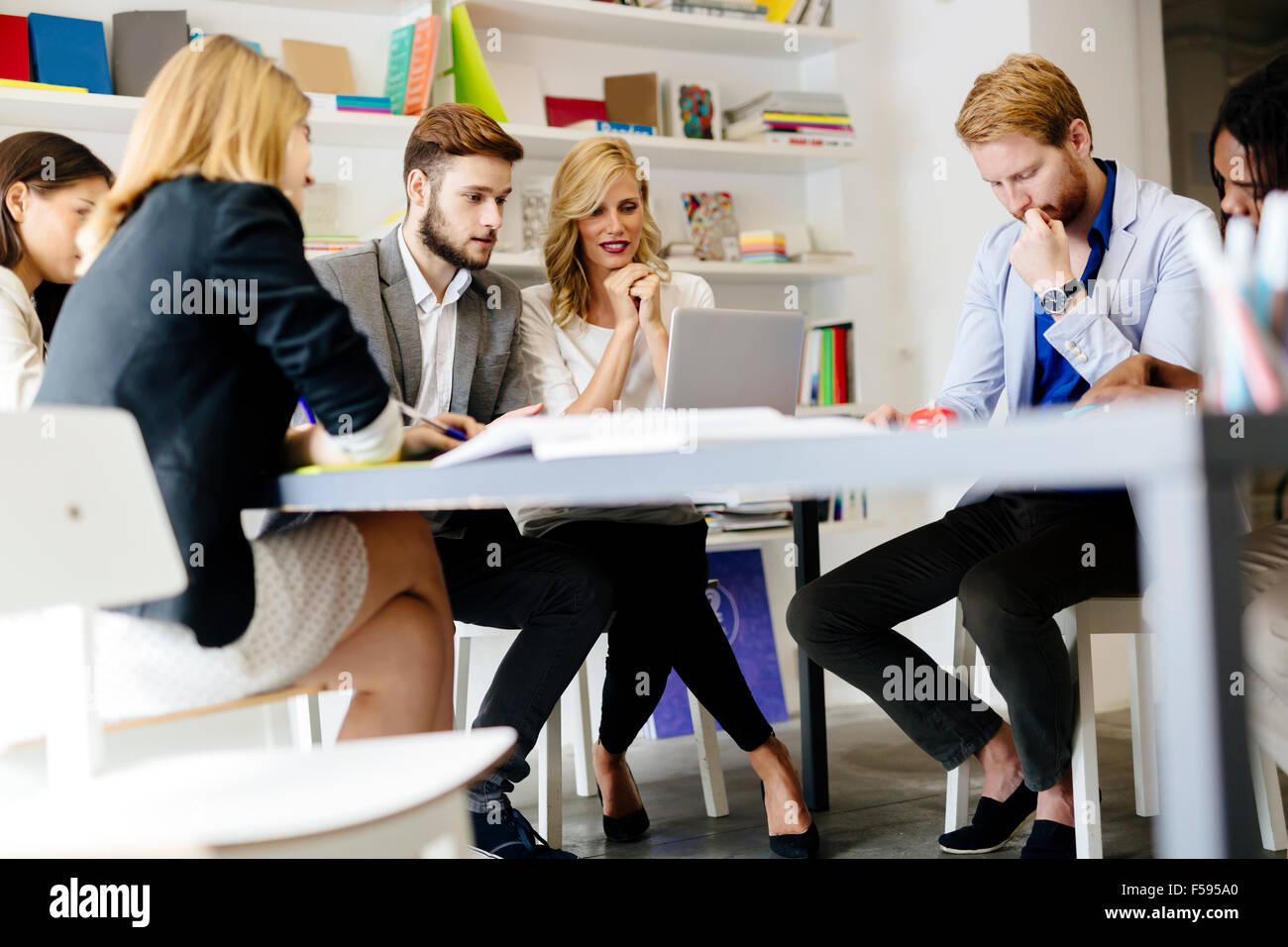 Équipe d'architectes et designer de discuter les plans pour l'avenir Photo Stock