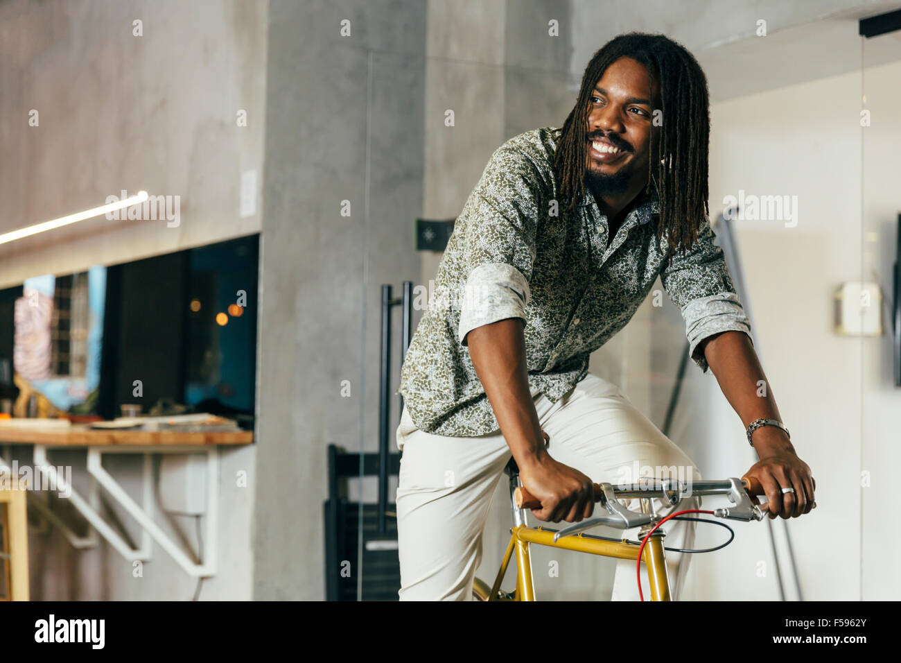 Businessman riding un vélo au travail Photo Stock