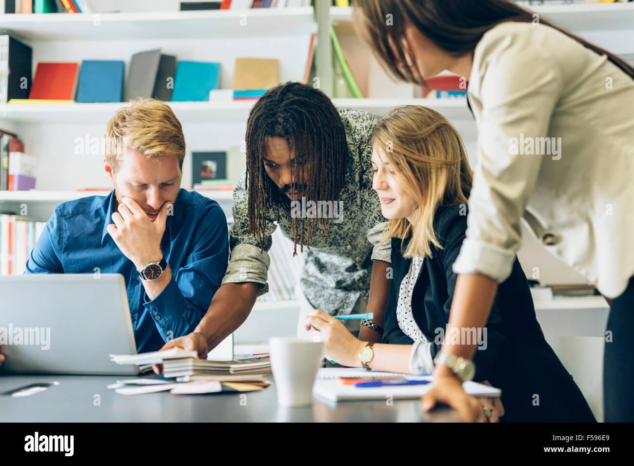 Brainstorming entre collègues au travail Photo Stock