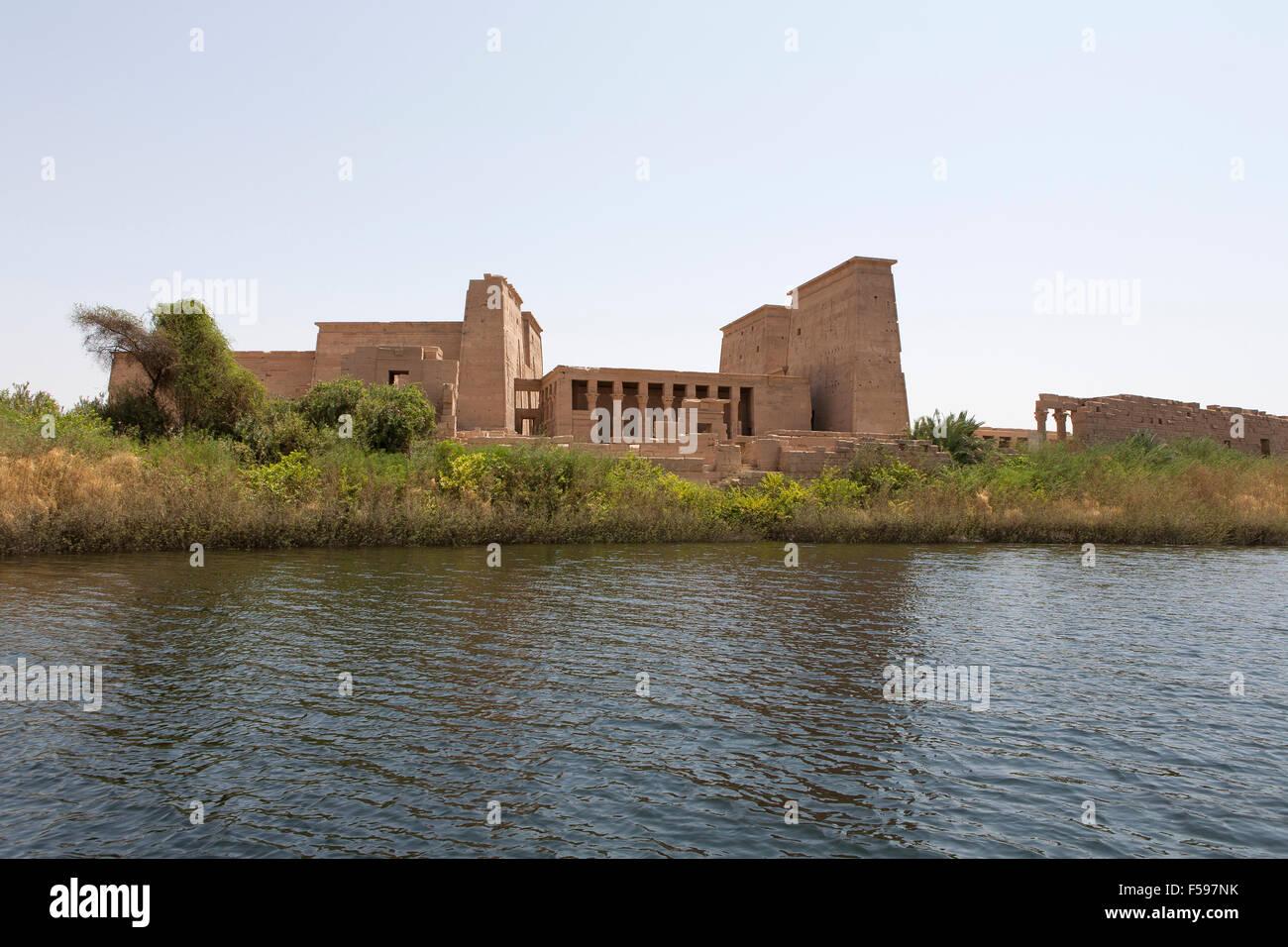 Temple de Philae, l'île d'Isis, Agliki, Assouan, en Haute Egypte vu de l'eau. Photo Stock