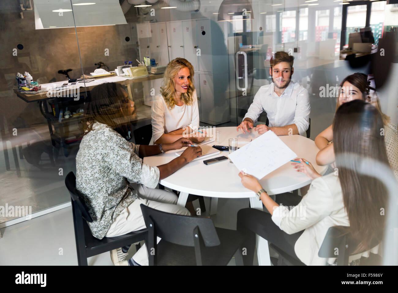 Réunion d'affaires et de remue-méninges en beau bureau Photo Stock