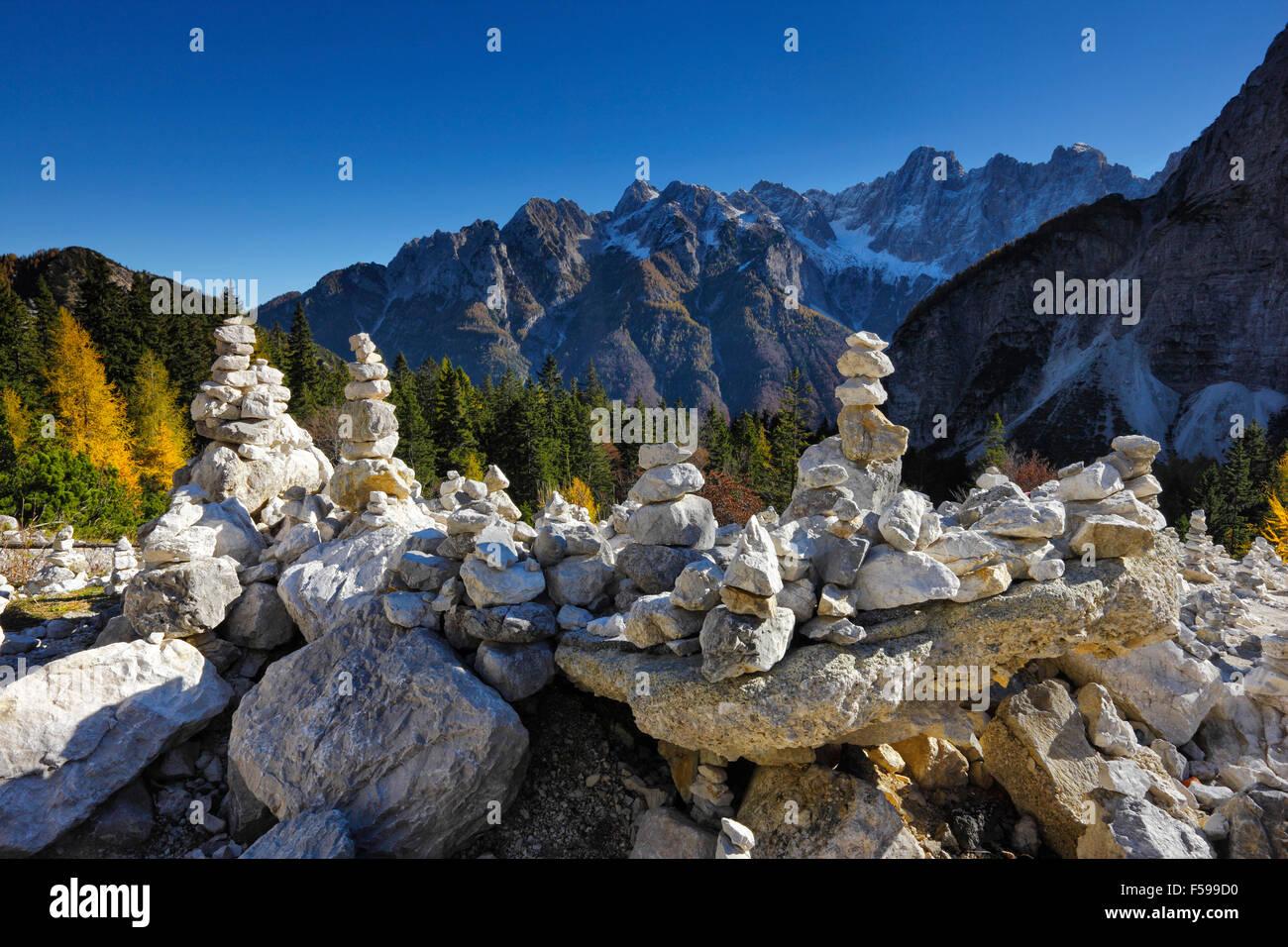 Tours en pierre dans les Alpes Juliennes en Slovénie, col Vrsic Banque D'Images