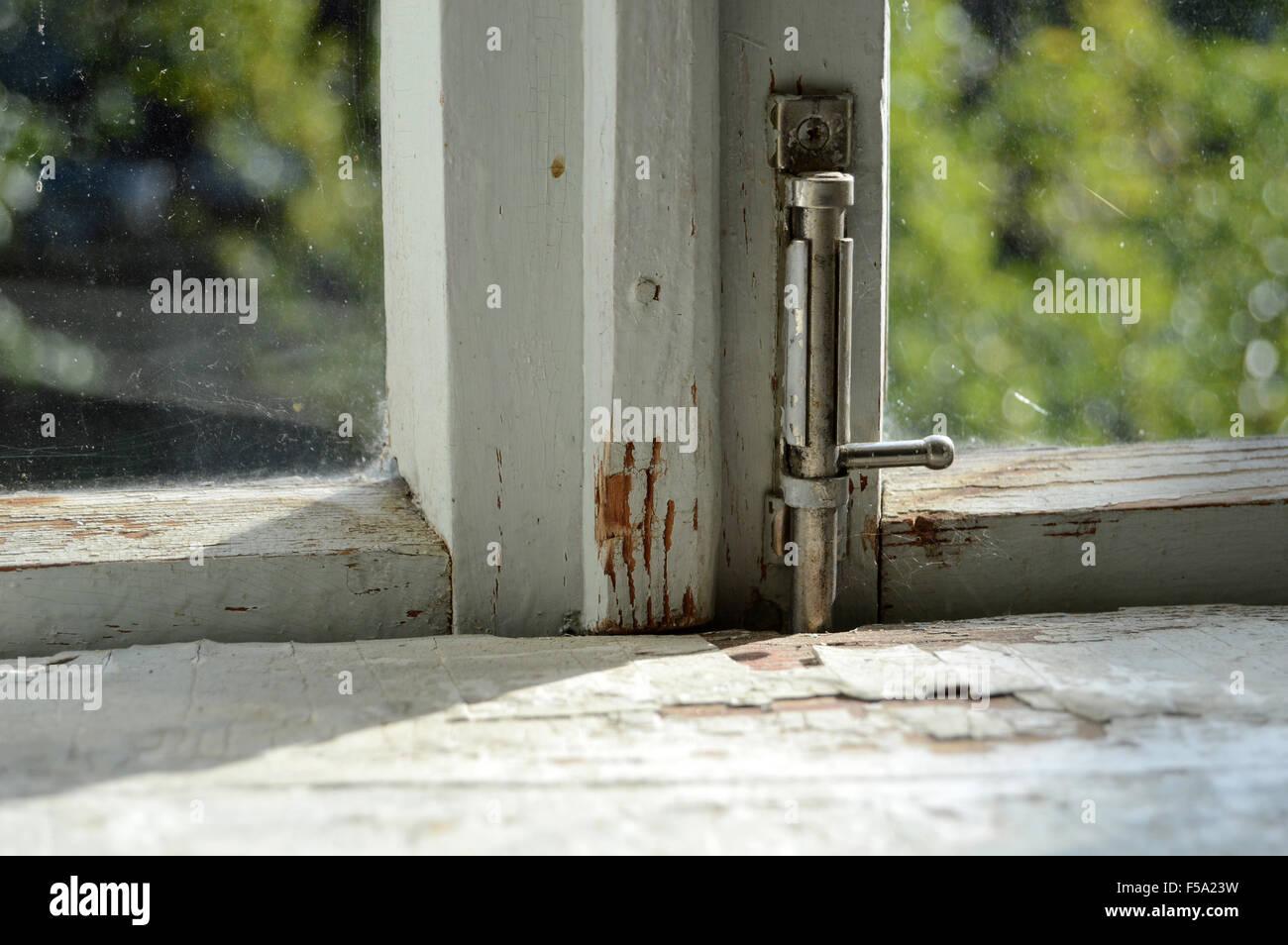 appui de fenêtre dans une vieille maison en bois. journée