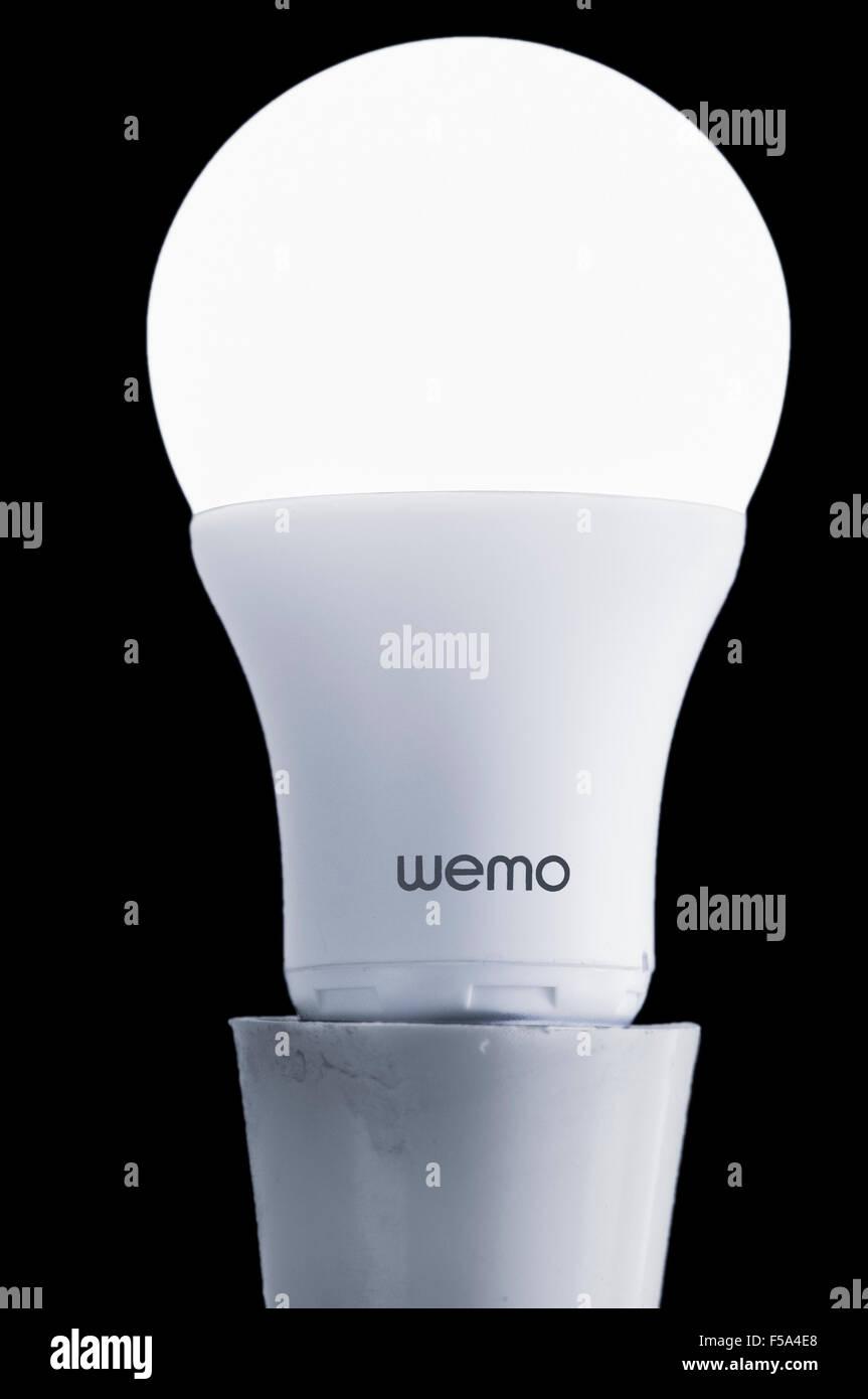 L'ampoule LED Wemo qui fournit la domotique et est contrôlée par une application pour smartphone sur Photo Stock