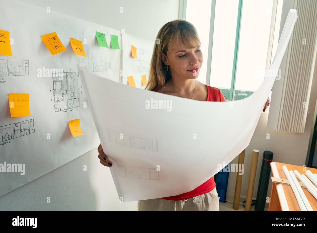 Étudiant de l'université de design d'intérieur faire devoirs, l'examen du projet de logement Photo Stock