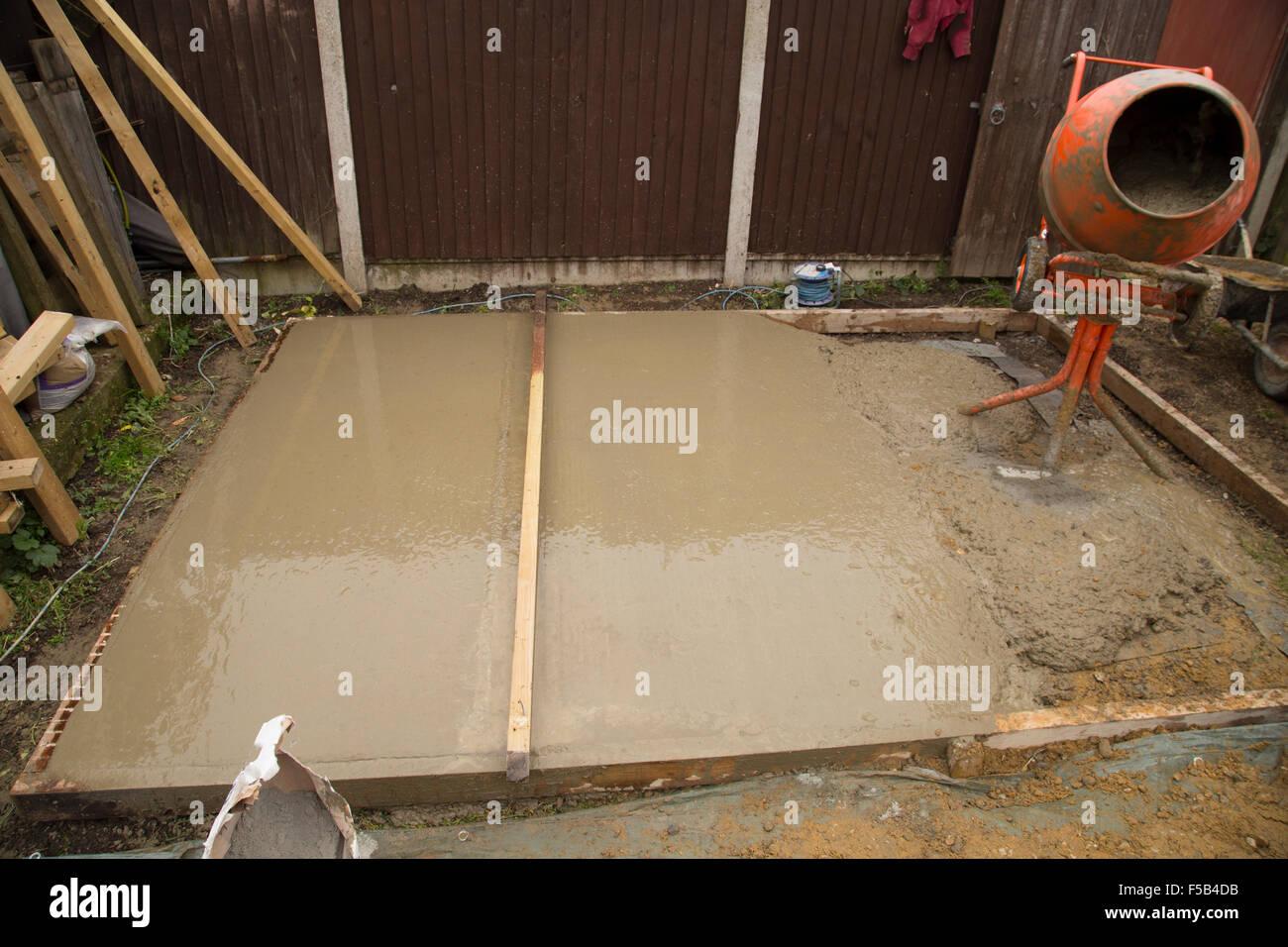 Lissage de ciment d'un base de shed Banque D'Images