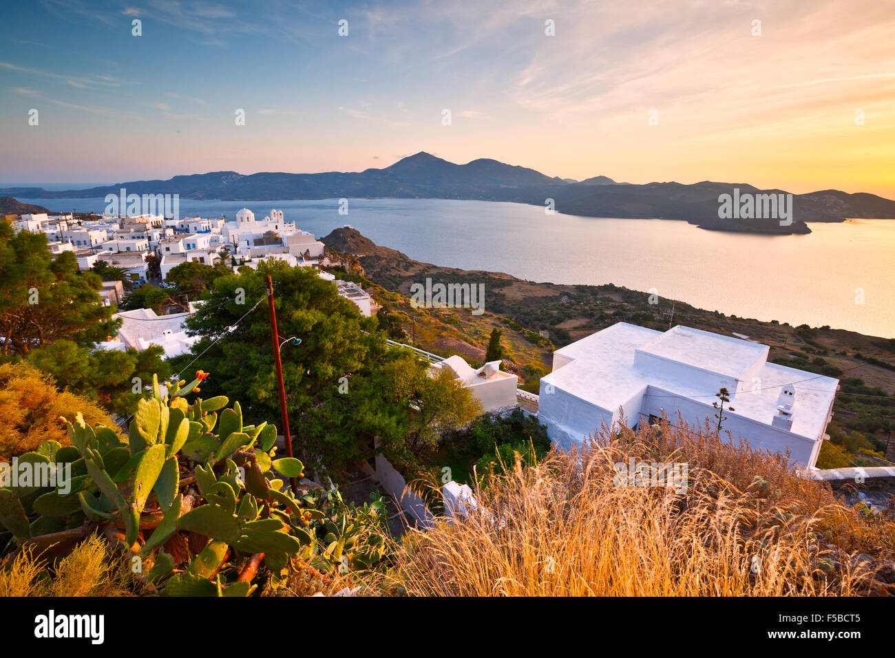 Vue sur la baie de Milos et Plaka village, la capitale de l'île de Milos, en Grèce. Photo Stock