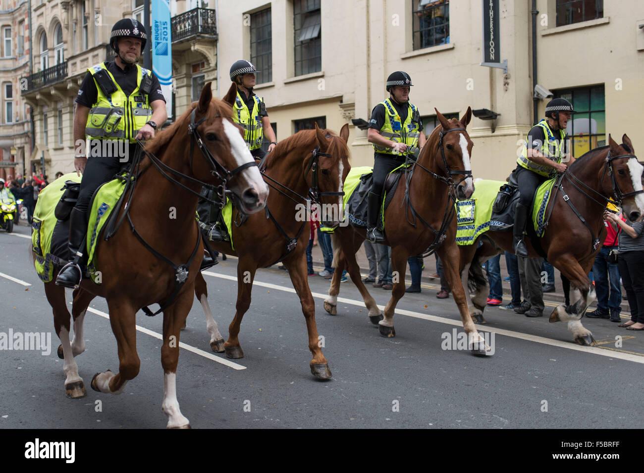 Les agents de la police montée de l'équitation pendant un match de rugby du Pays de Galles. Photo Stock
