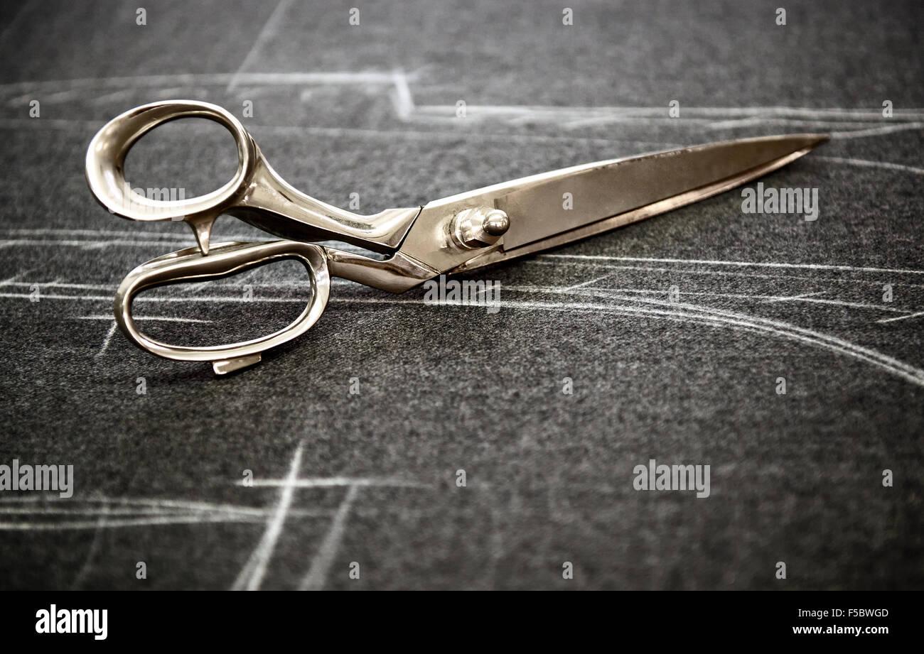 Ciseaux tailleurs marqués en tissu de craie Photo Stock