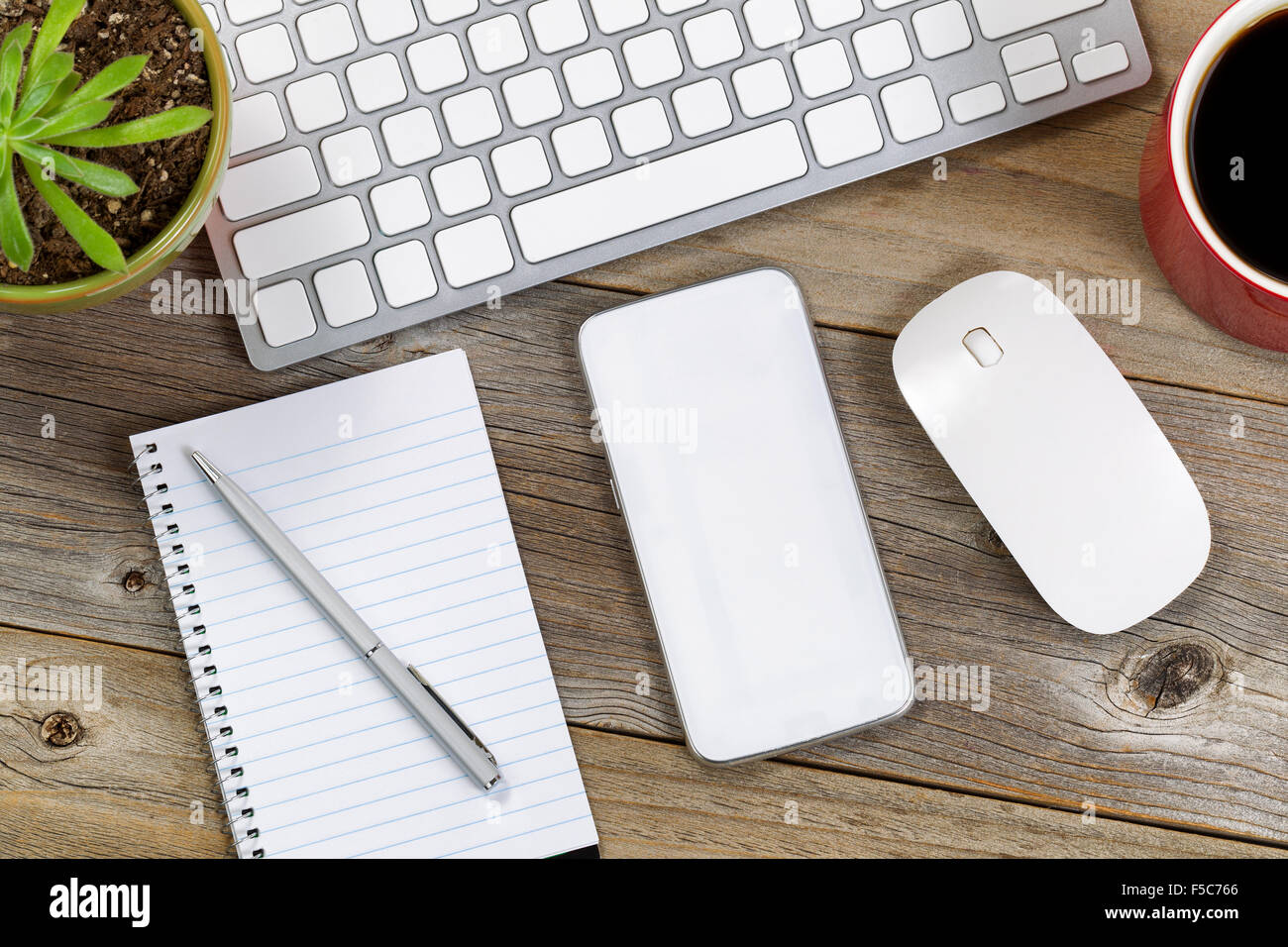 La technologie portable sur pc de bureau en bois rustique close