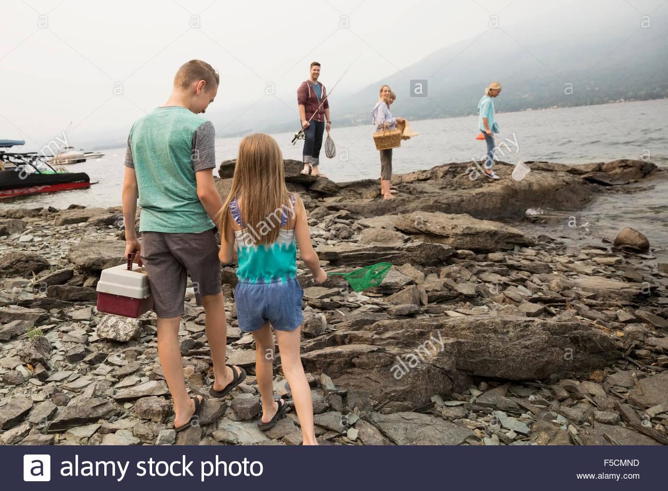 Famille avec des cannes à pêche tackle box rocks lakeside Photo Stock