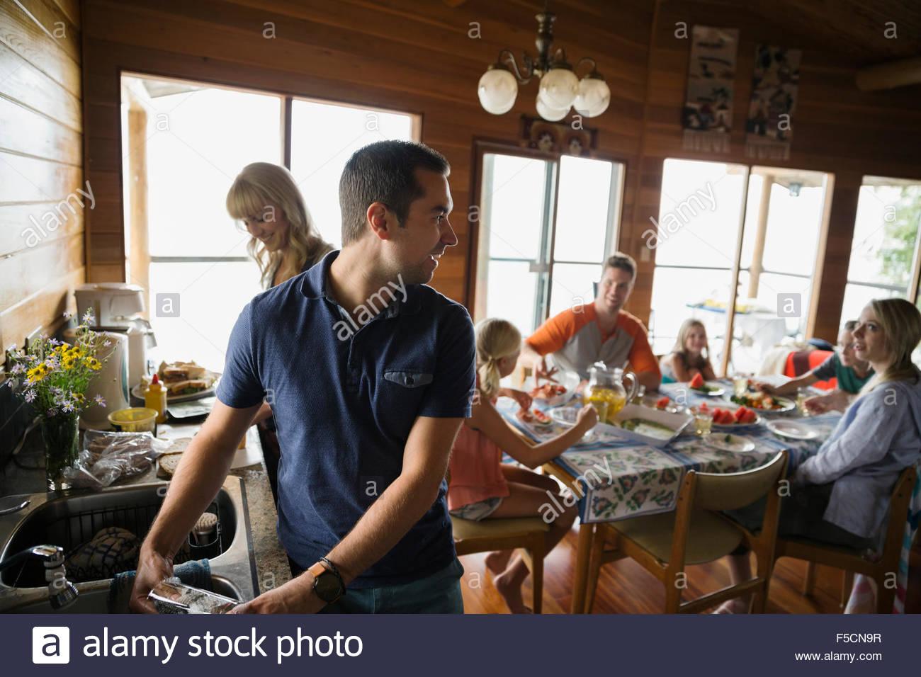Préparer le déjeuner de la famille dans la cabine Banque D'Images