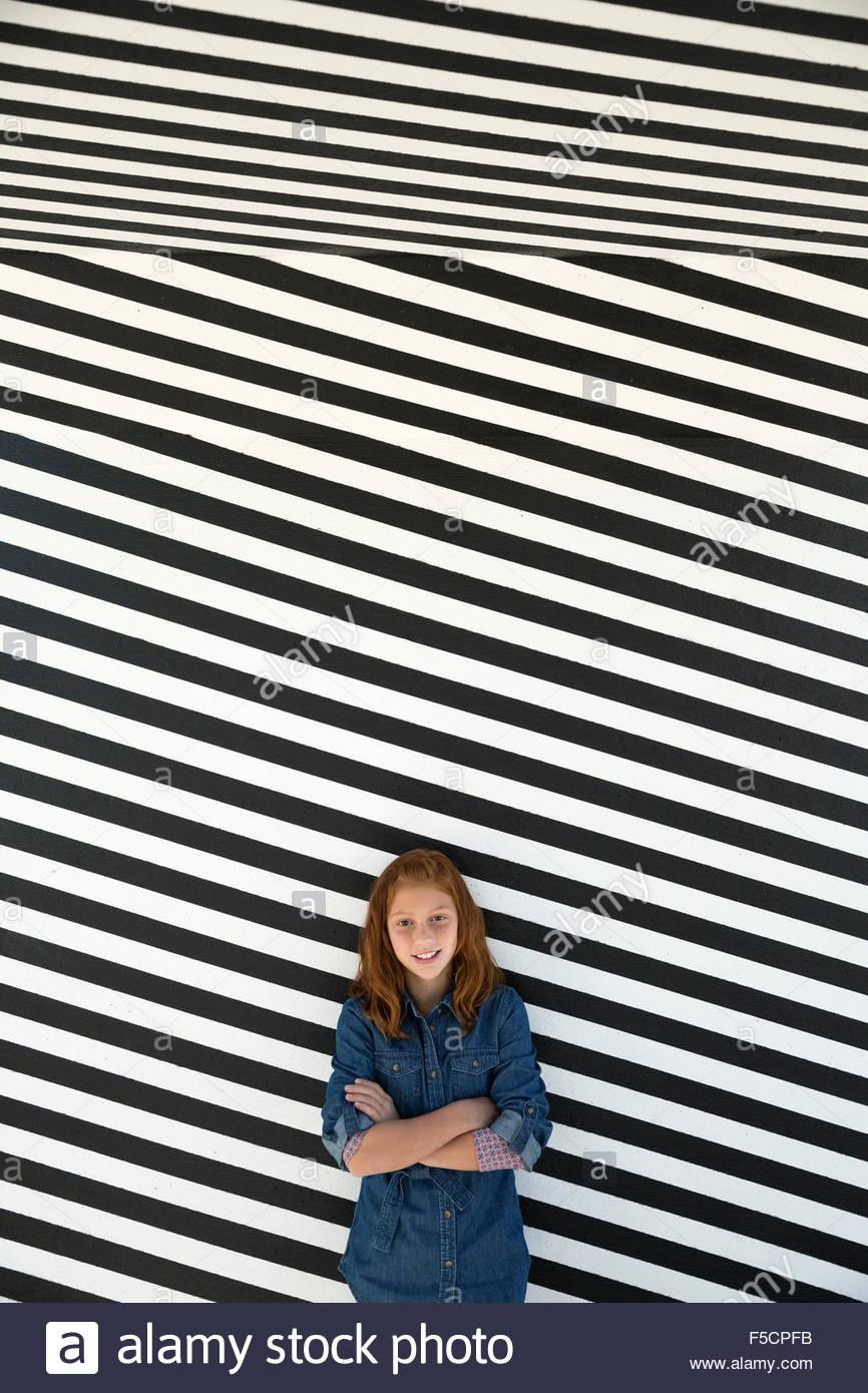 Girl portrait noir et blanc contre mur rayé Photo Stock