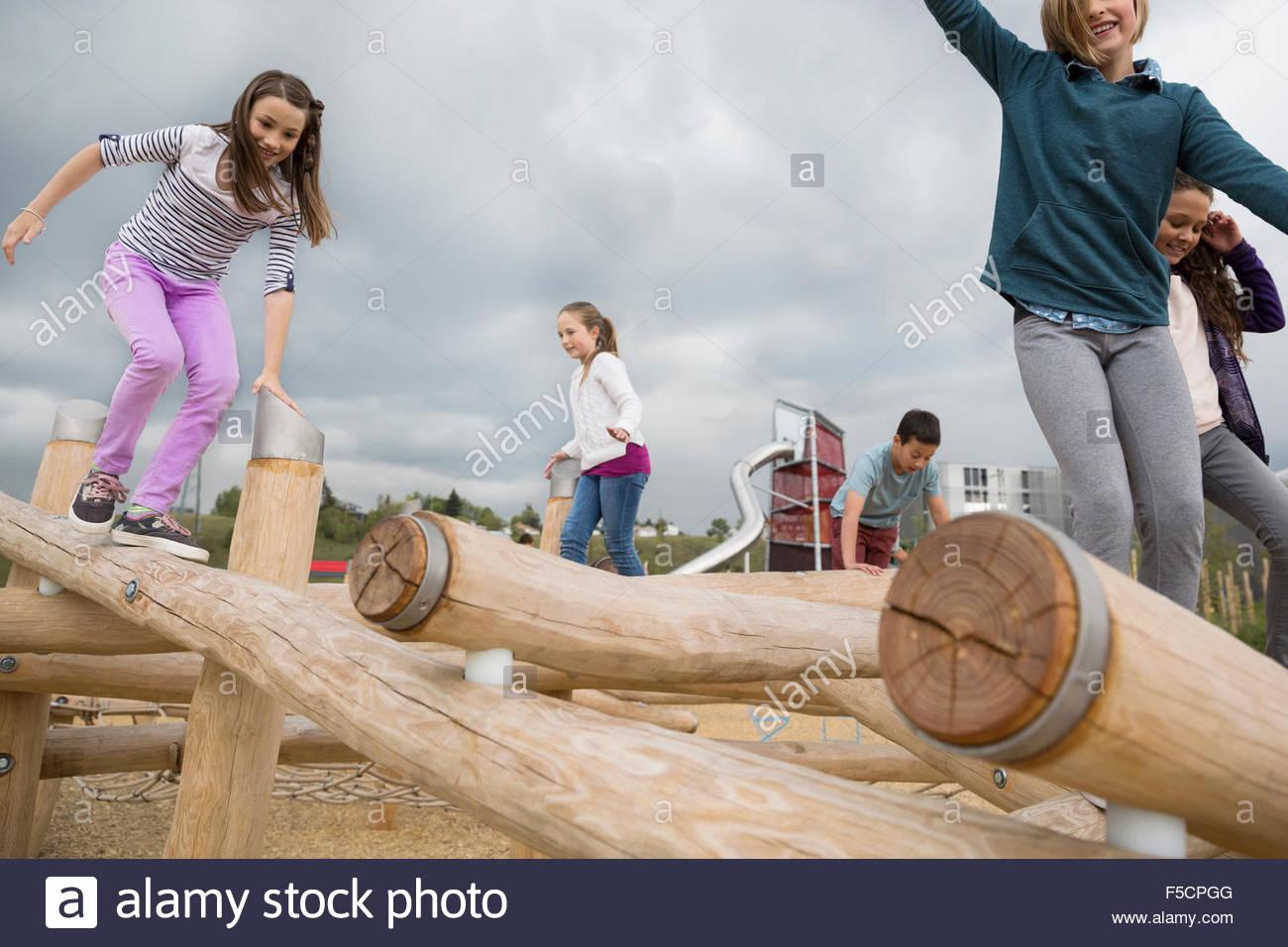 Les enfants jouant sur les billes à l'aire de jeux Photo Stock