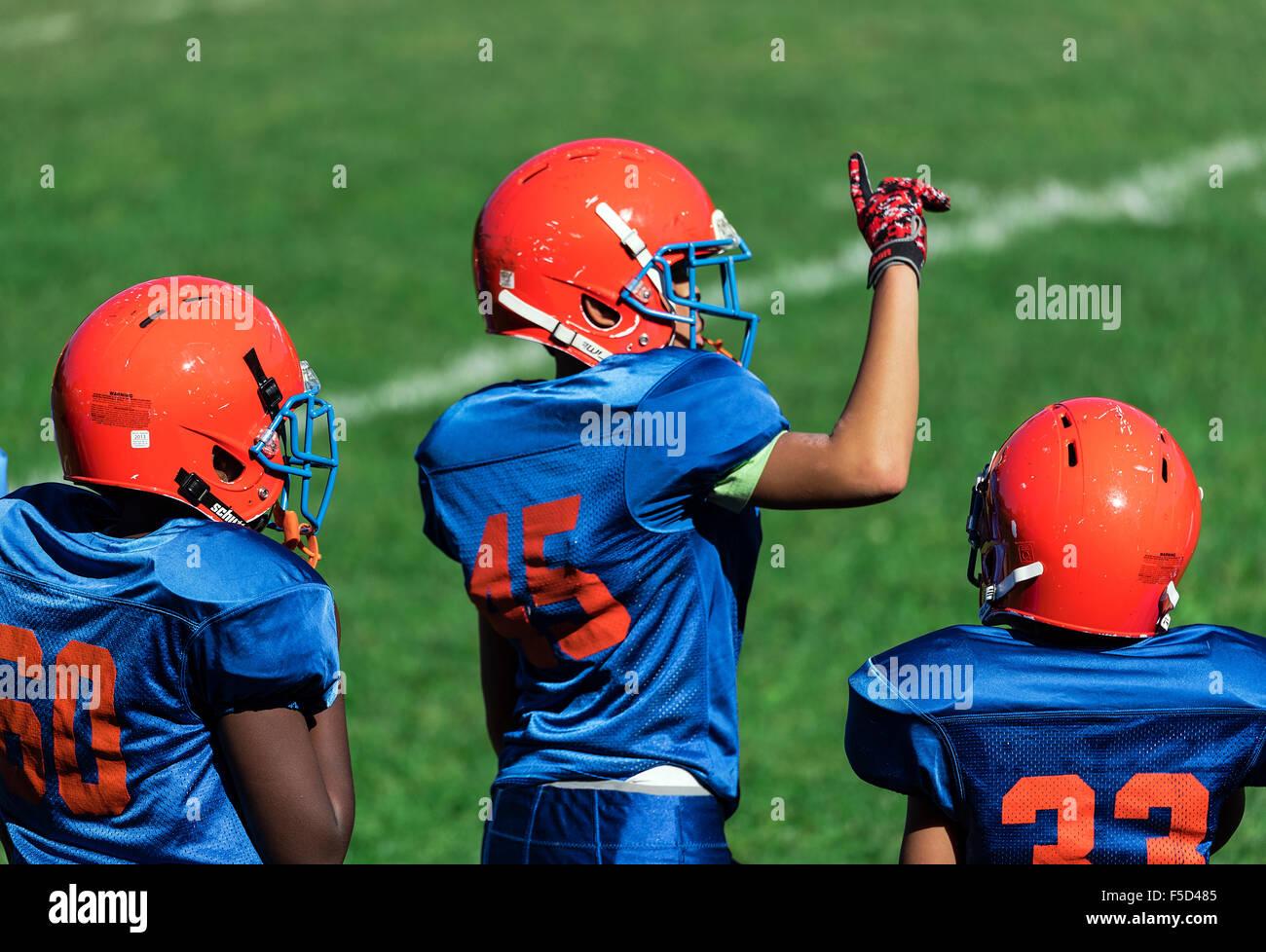 Les jeunes garçons dans les coulisses d'une Pop Warner football game, USA Photo Stock