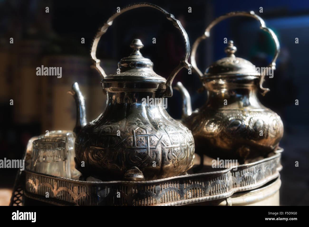 Théière marocaine traditionnelle avec des lunettes dans un plateau/bouilloire. medina de Marrakech, Maroc. Photo Stock