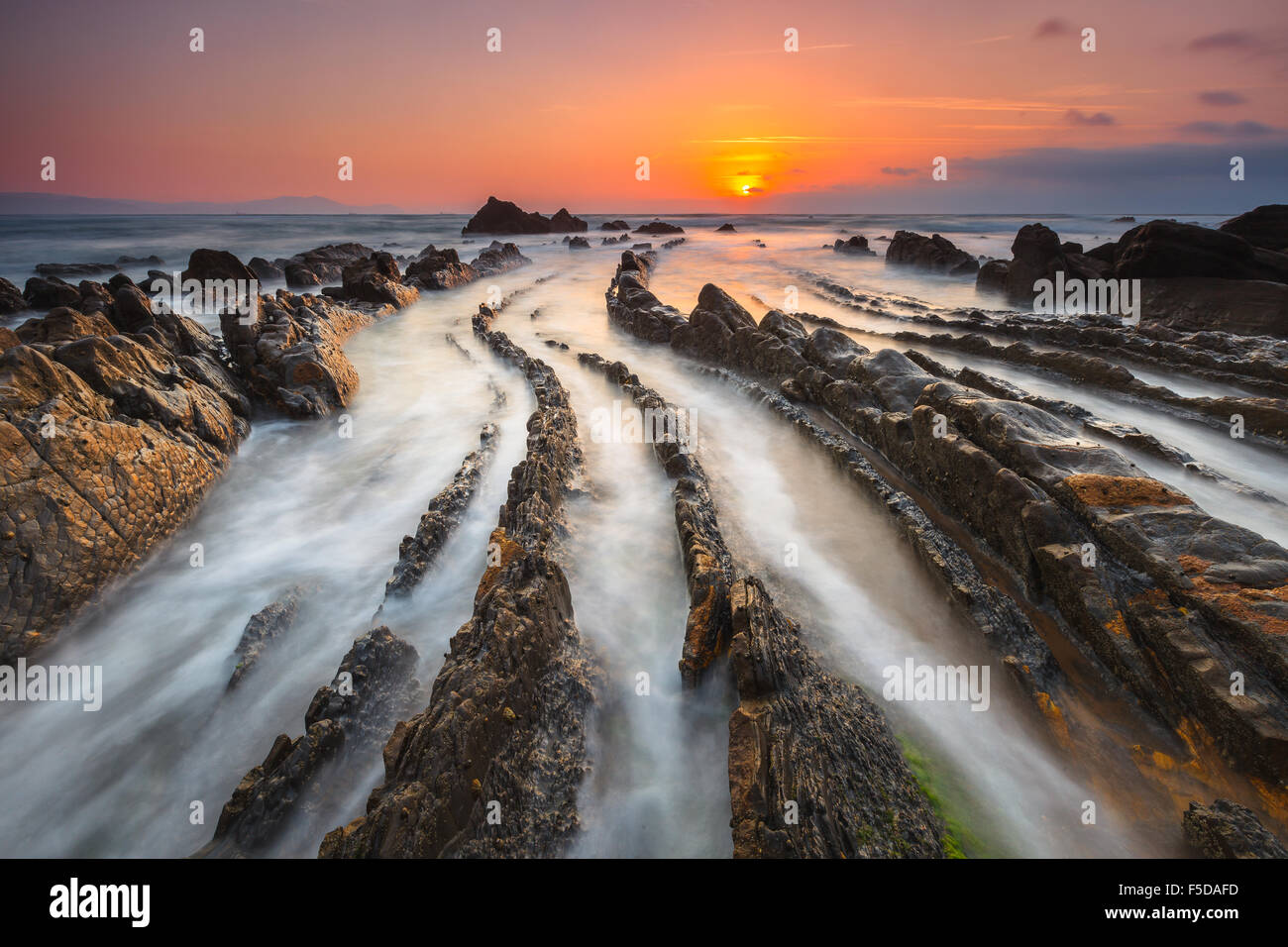 La magnifique plage de Barrika, en Biscaye, Pays Basque, Espagne, par le coucher du soleil. Photo Stock