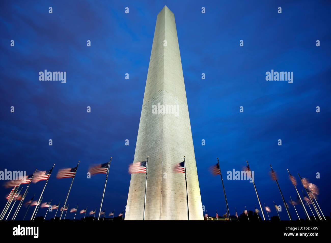 Washington Memorial et des drapeaux américains, Washington, District de Columbia USA Banque D'Images