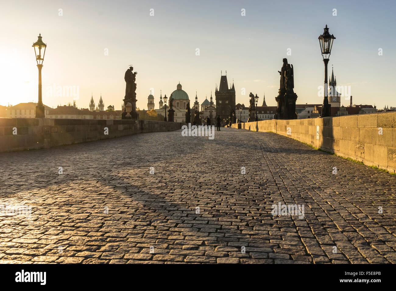 Lever du soleil sur le Pont Charles, Site du patrimoine mondial de l'UNESCO, Prague, République Tchèque, Photo Stock