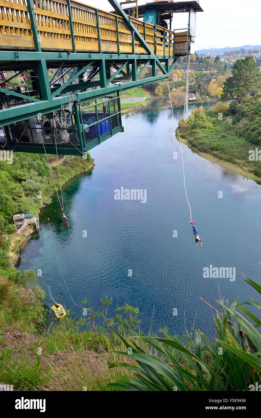 Personne tombant du bras de l'entreprise Bungy Jump près du lac Taupo, Nouvelle-Zélande Banque D'Images
