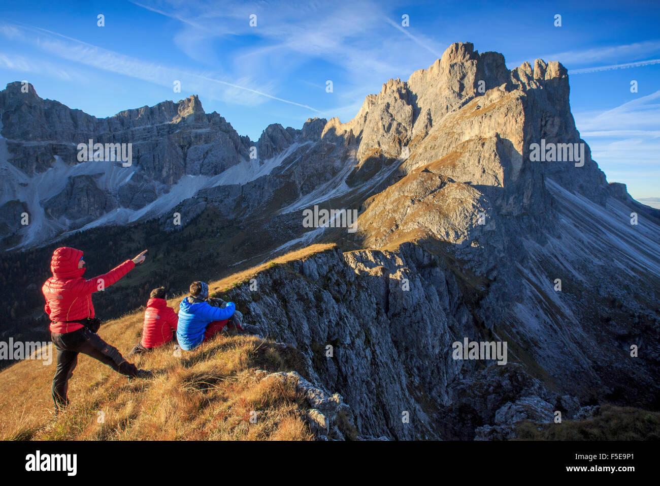Les randonneurs admirer les pics rocheux Furcella de Francavilla, Odle, Funes, vallée du Tyrol du Sud, Dolomites, Banque D'Images