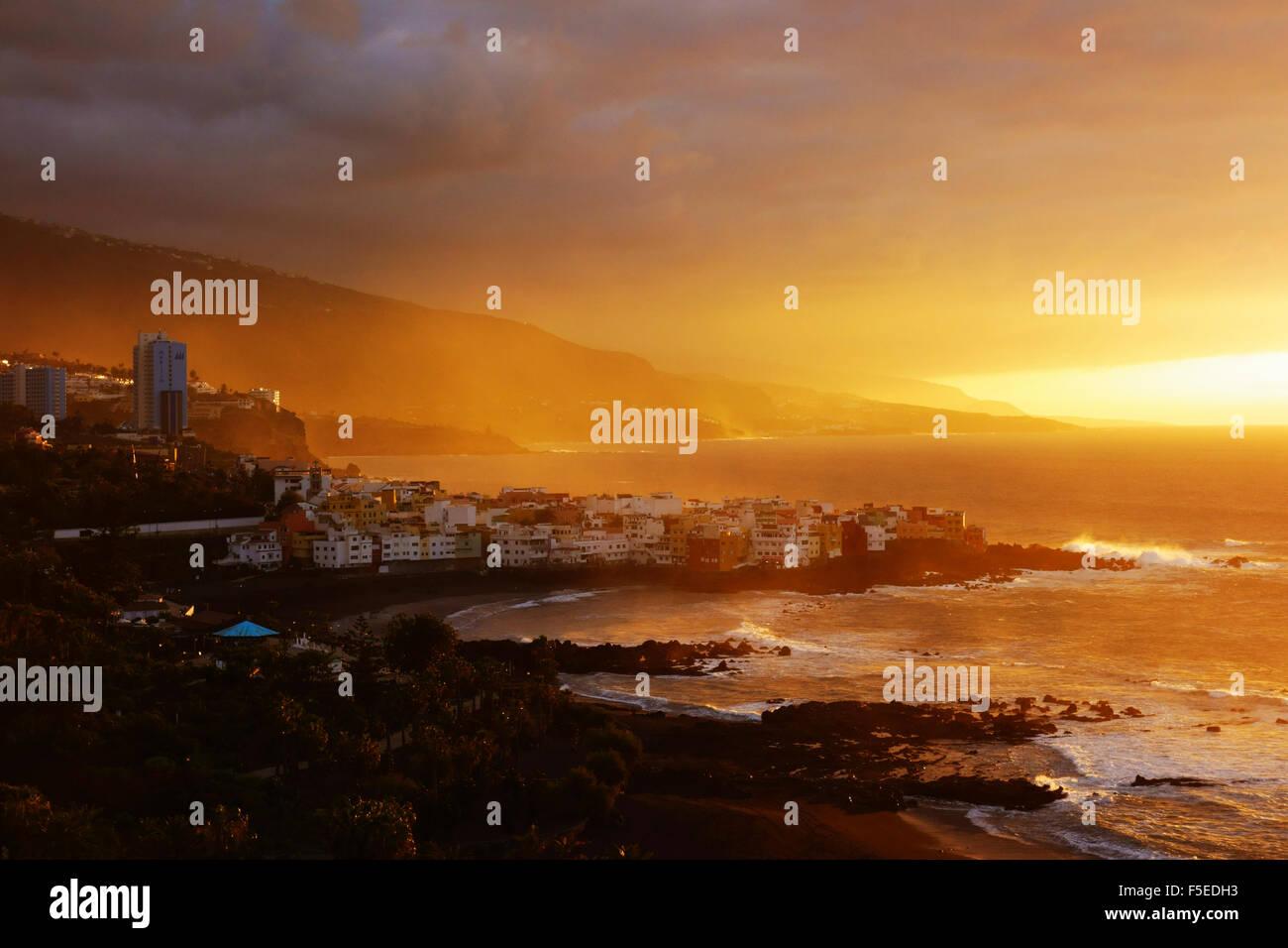 Vue de Punta Brava et Playa Jardin au coucher du soleil, Puerto de la Cruz, Tenerife, Canaries, Espagne, Europe, Banque D'Images