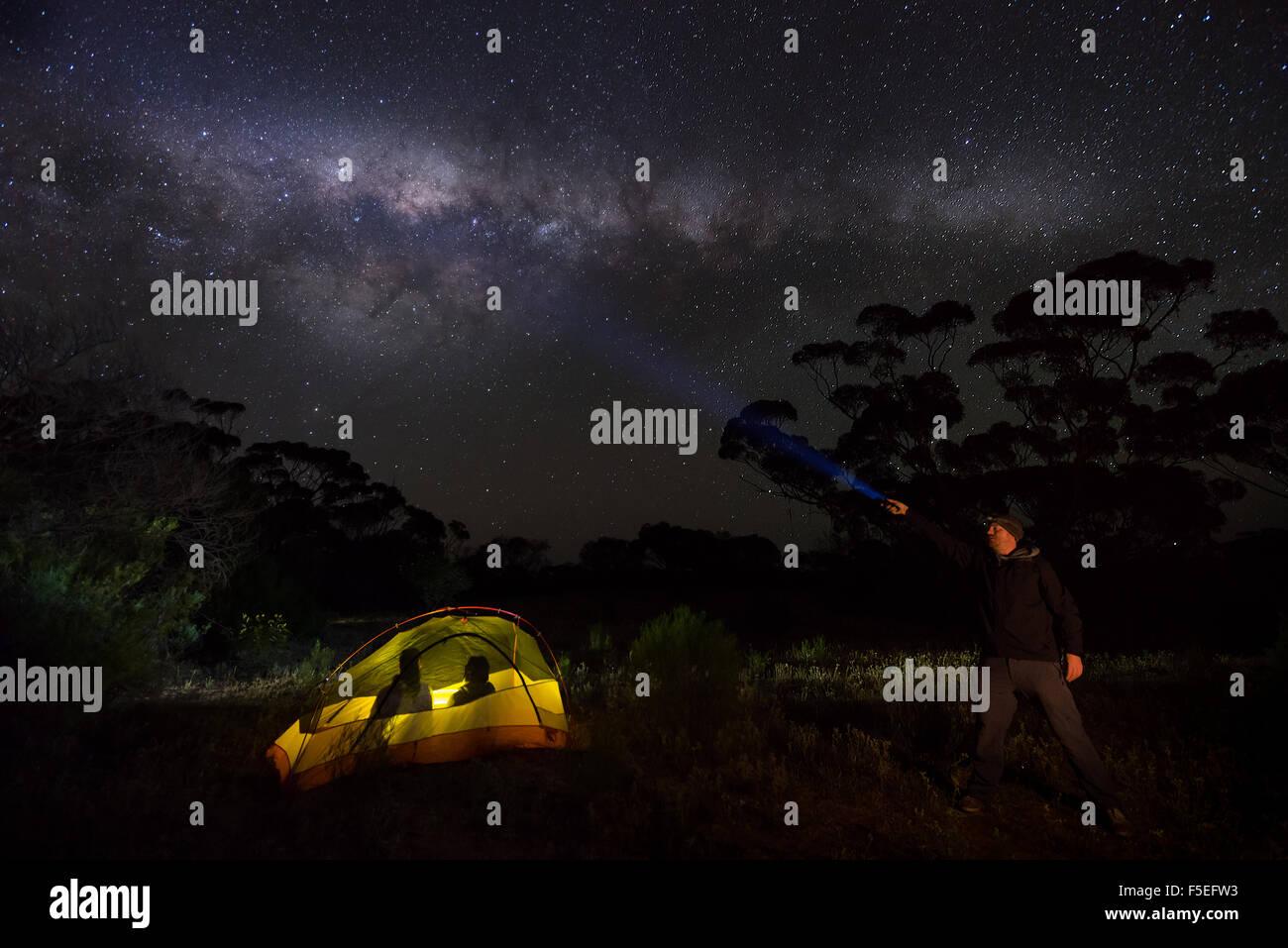 Man holding torche et deux hommes dans une tente, chaîne Gawler, Australie Photo Stock