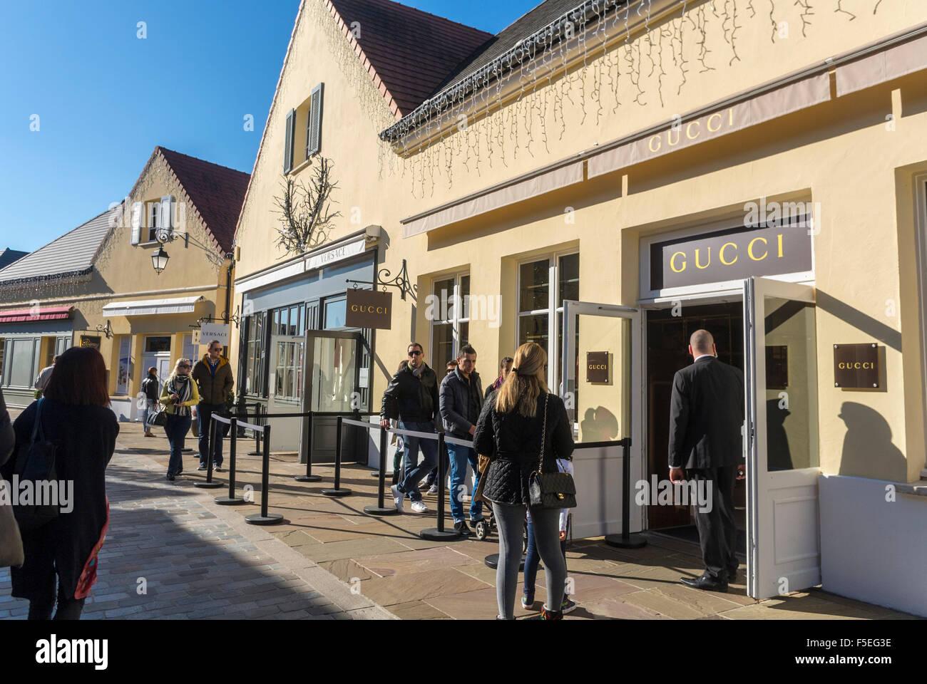 paris, france, les gens de shopping dans les magasins de luxe dans
