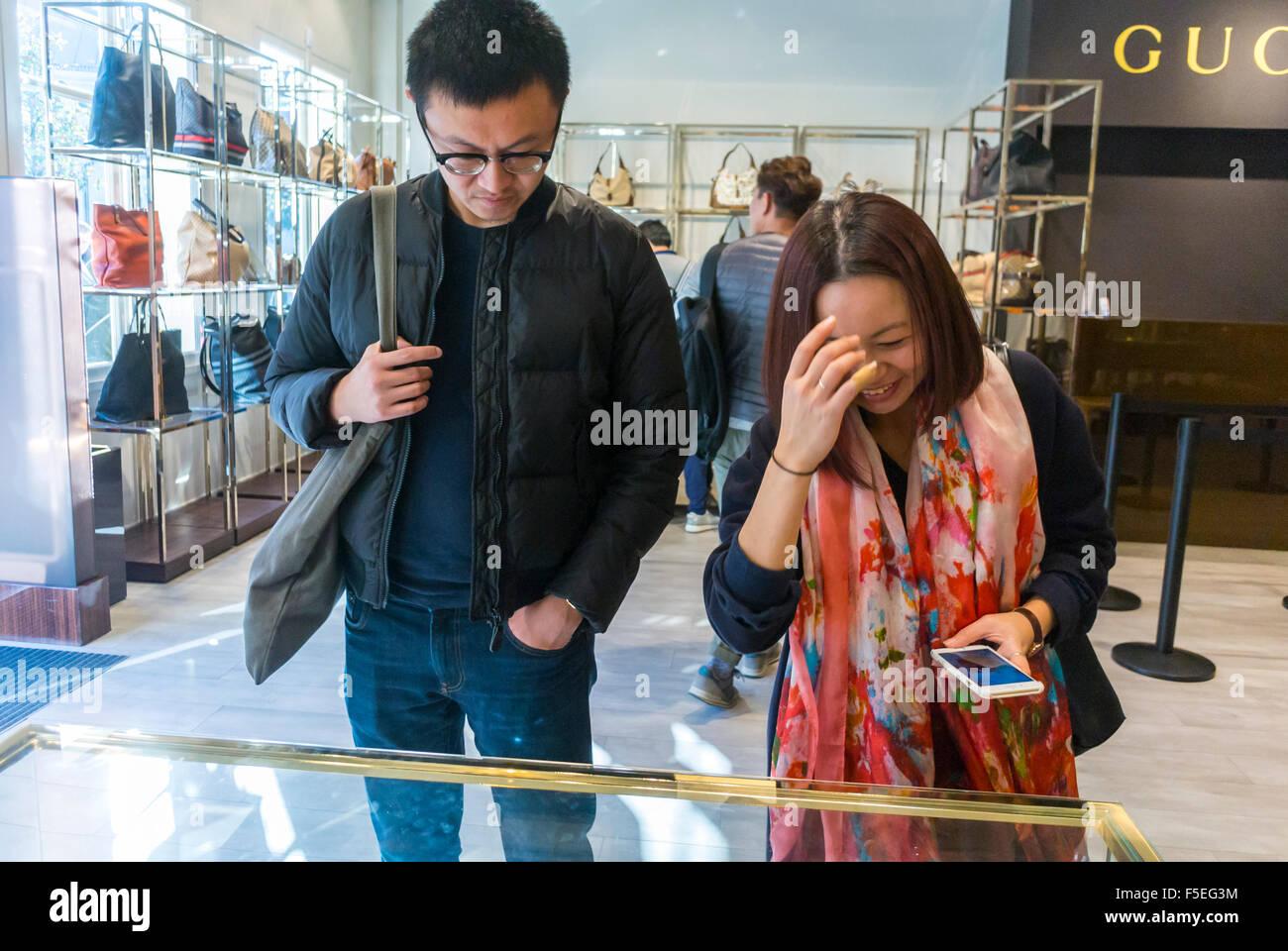 paris, france, couple chinois shopping dans les magasins de luxe