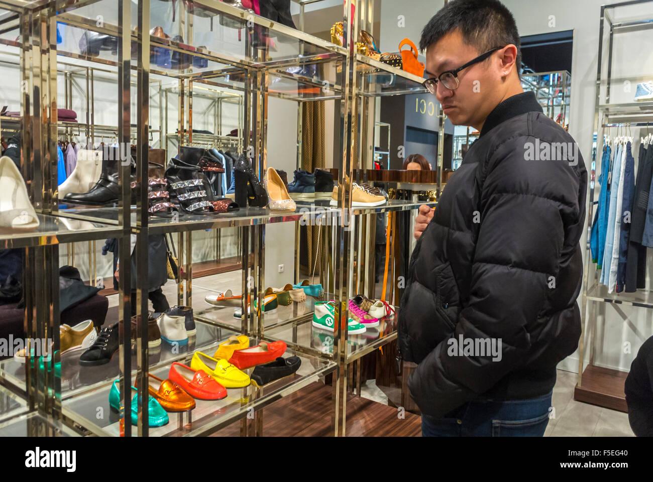 paris, france, shopping de touristes chinois dans les magasins de