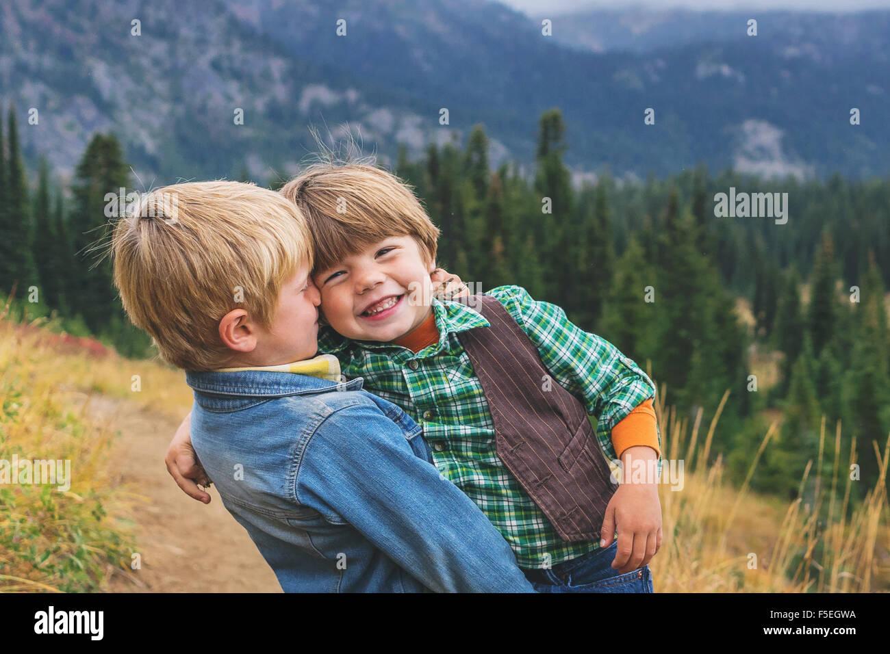 Deux garçons souriants messing sur Photo Stock