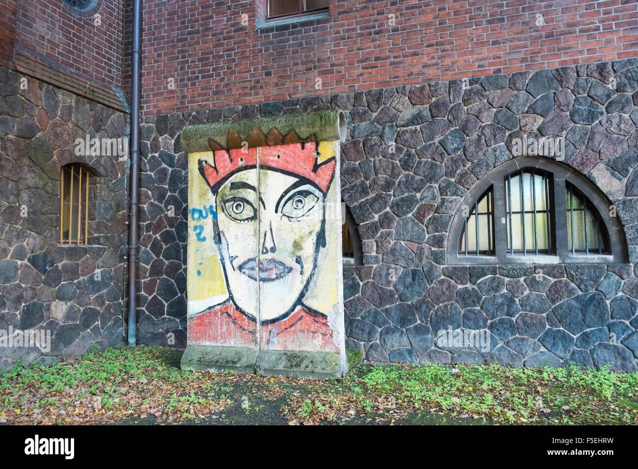 La Section de l'original mur de Berlin sur l'affichage à l'extérieur du Musée Märkisches (marcher), Mitte, Berlin, Banque D'Images