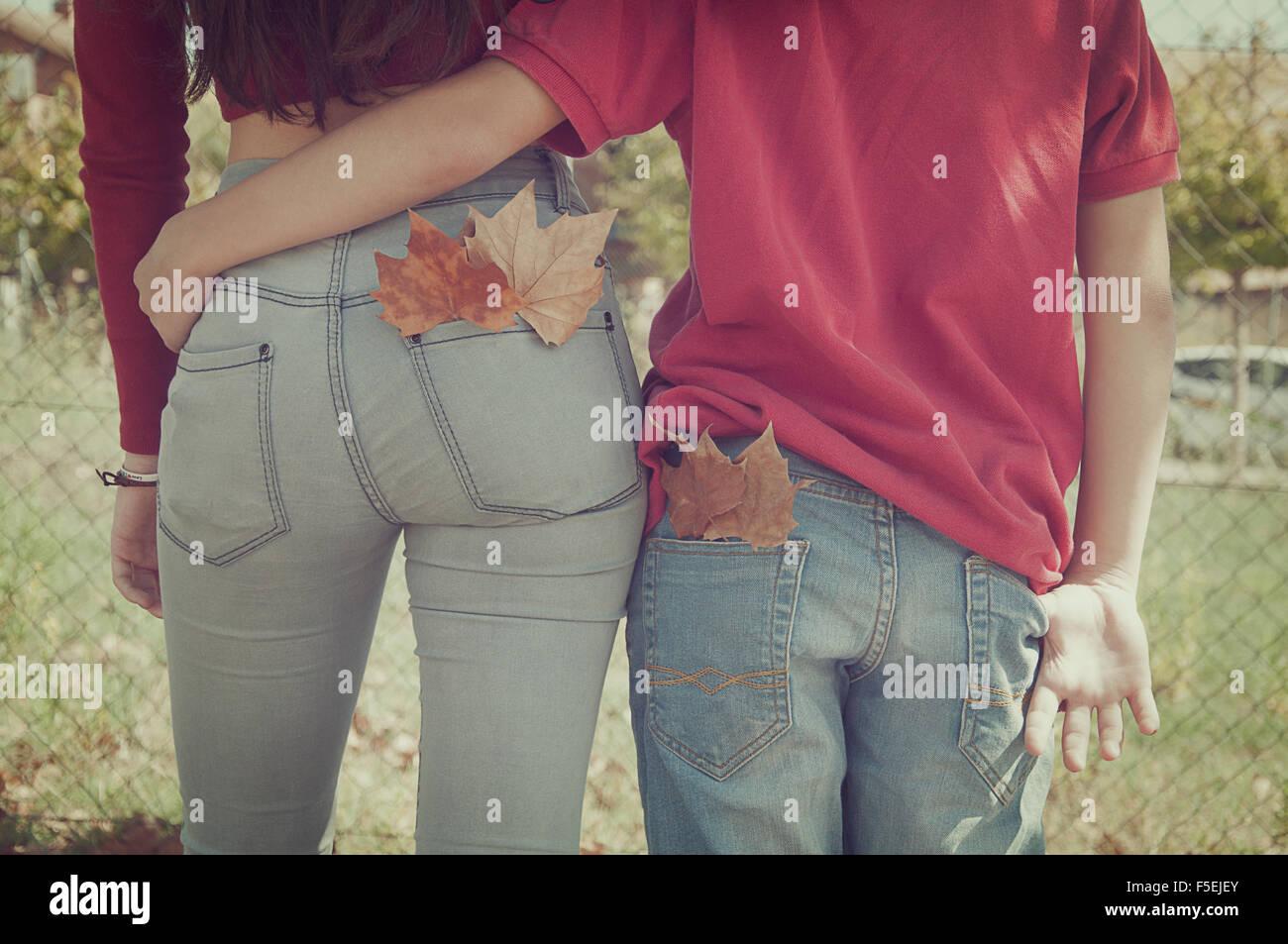 Vue arrière d'un couple en train de marcher avec leurs bras autour de l'autre Photo Stock