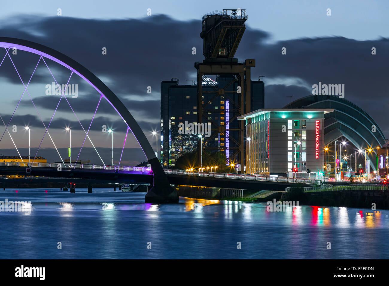 Glasgow au crépuscule, le front de mer de Finnieston à côté de la rivière Clyde, Écosse, Royaume-Uni Banque D'Images