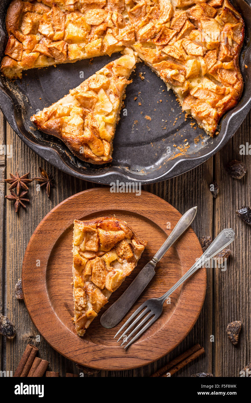 Tarte aux pommes bio faits maison dessert prêt à manger Photo Stock