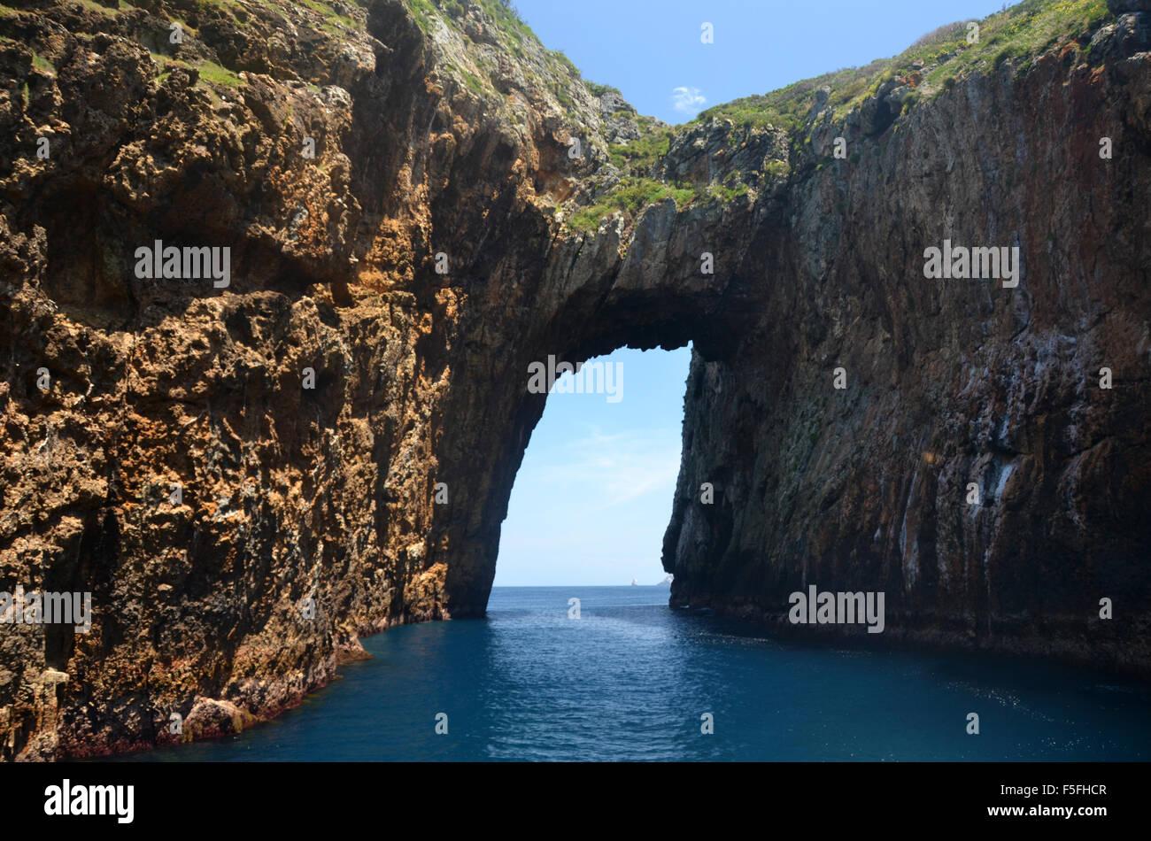 L'île d'Archway, Tawhiti Rahi, réserve naturelle de Poor Knights Islands, Bay of Islands, Île Photo Stock