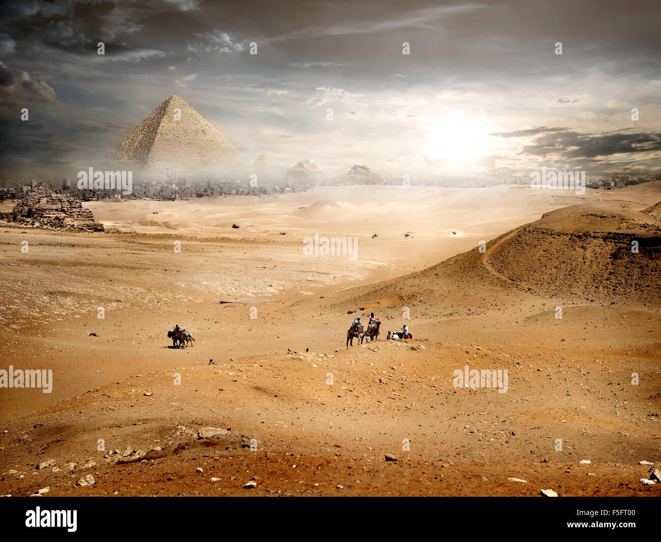 Le brouillard et les nuages de tempête plus de pyramide en désert Photo Stock